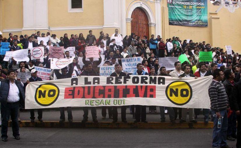 Maestros de Veracruz se manifestaron ayer en contra de la reforma al artículo tercero constitucional y la reforma educativa. (Notimex)