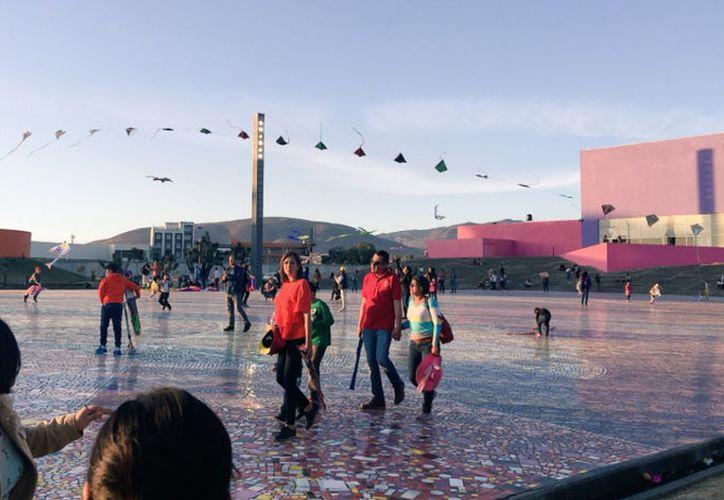 Durante varias horas, niños, jóvenes y adultos dejaron que el viento guiara sus manos. (Twitter/Untalpeinas)