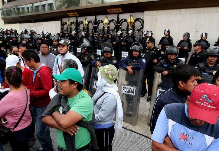 Manifestación de integrantes del CNTE afuera de las instalaciones de Televisa. (Notimex)