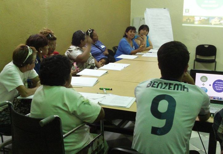 """Imparten el taller """"Progreso y sus artesanías"""". (Manuel Pool/SIPSE)"""