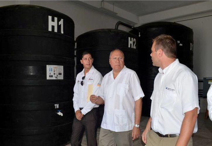 Representantes de la empresa H20 Inter Pro France y el secretario estatal de salud realizaron un recorrido por las instalaciones del hospital. (Redacción/SIPSE)