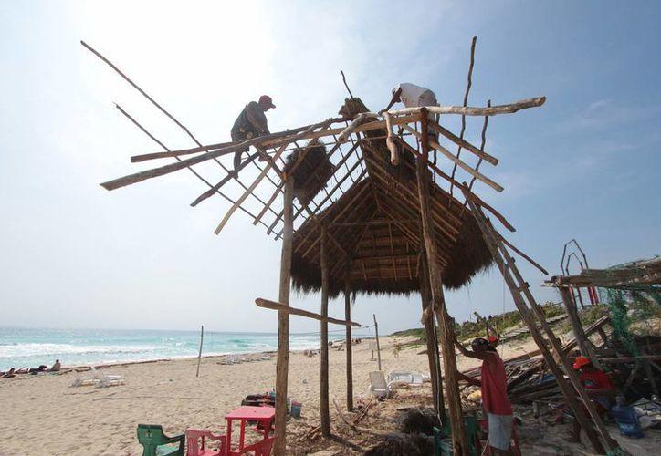 La caseta de vigilancia de los guardavidas en la playa San Martín podría estar lista el 4 de febrero. (Gustavo Villegas/SIPSE)