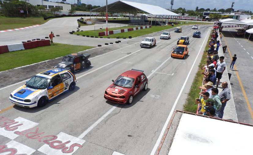 Rugen de nuevo los motores en el autódromo de Cancún. (Raúl Caballero/SIPSE)