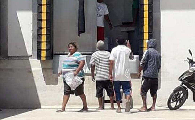 El empresario entregó a las personas hasta 3 kilos de jurel posteado. (Novedades Yucatán)