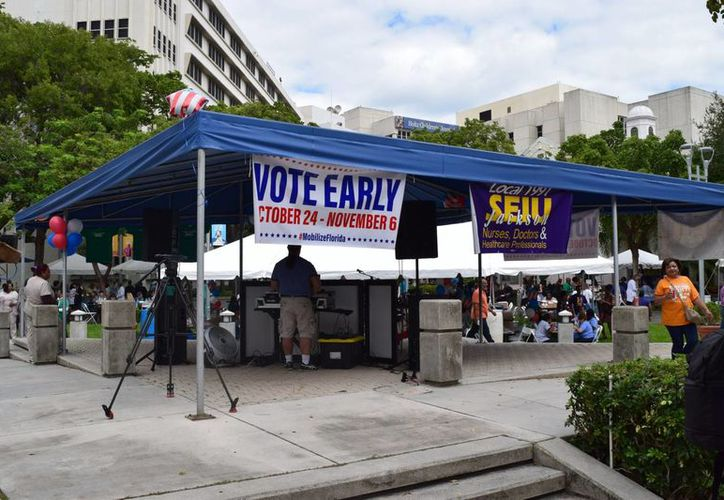 En Miami-Dade, grupos pro-inmigrantes y sindicatos se reunieron cerca del Hospital Jackson Memorial y ofrecieron tacos para motivar a la comunidad médica a salir a votar por anticipado. (Notimex/Pablo Tonini)