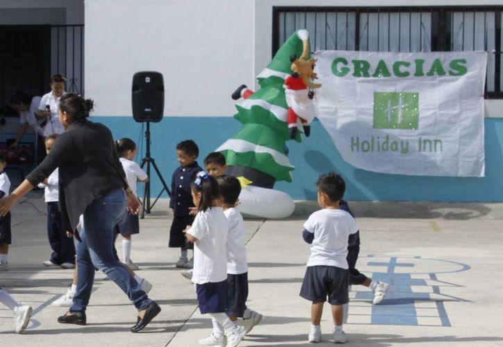 Los niños bailaron en el centro del patio del Colegio. (Sergio Orozco/SIPSE)