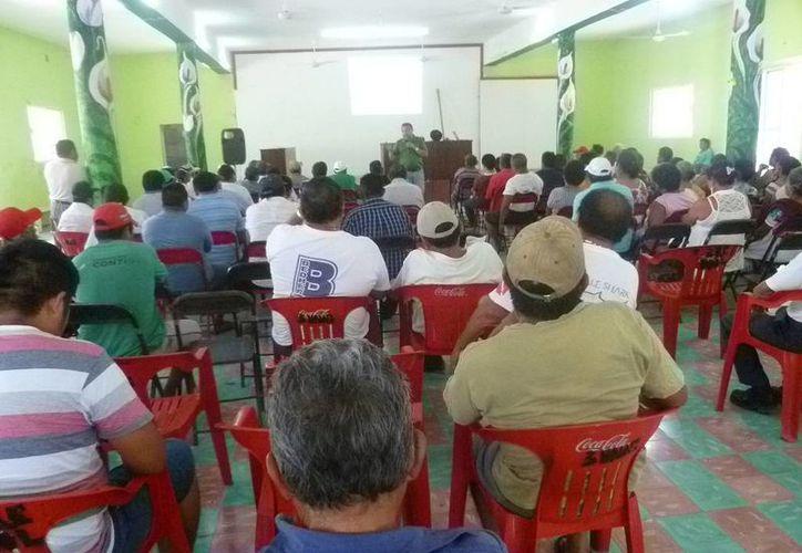La reunión se realizó en las instalaciones del club social ejidal. (Raúl Balam/SIPSE)