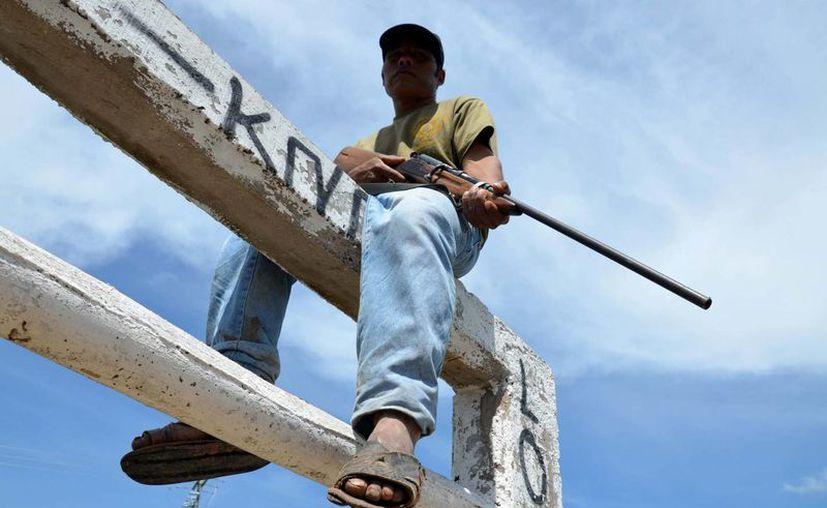 Las autodefensas combaten al crimen organizado en varias regiones de Michoacán, con o sin apoyo del gobierno. (Notimex/Foto de archivo)