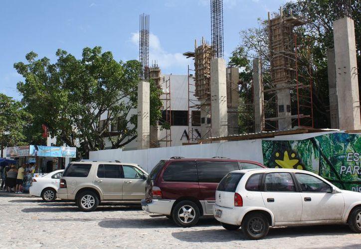 Se realizan trabajos de remodelación en el centro comercial Paseo del Carmen para abrir espacio a más tiendas. (Alida Martínez/SIPSE)