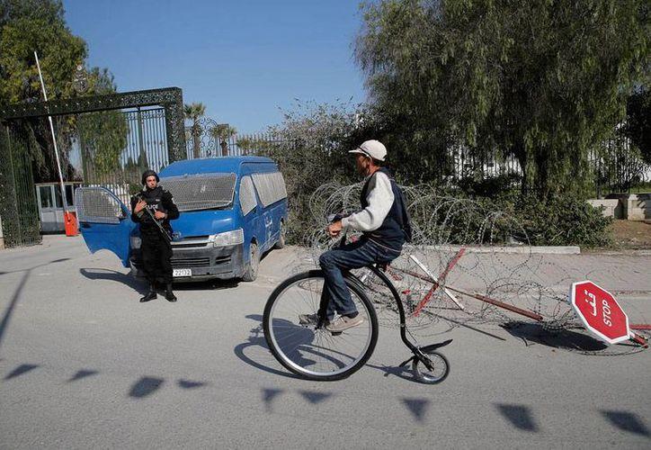 Imagen del exterior del museo del Bardo, en Túnez, donde este miércoles un ataque armado dejó 23 muertos, la mayoría turistas. (AP)