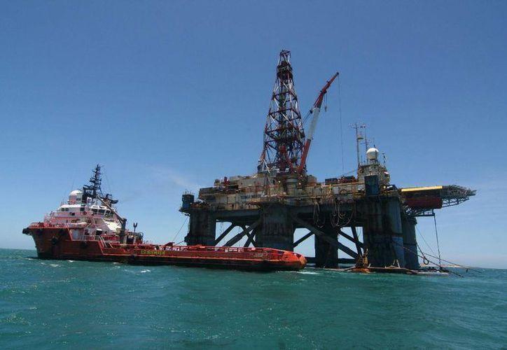 En septiembre continuarán los diálogos entre Washington y La Habana para normalizar su relación. Entre los temas que abordarían, se encuentra el del petróleo. La imagen corresponde a la plataforma La Scarabeo, en el Golfo de México. (cubanet.org)