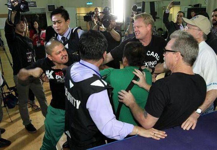 En la foto: Alex Ariza busca conectarle un puñetazo a Freddie Roach. (Foto: Top Rank)