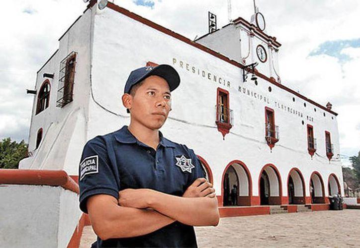 Con 26 años, Abel Vázquez coordina los cursos de karate que reciben los agentes de Tlatlaya. (Javier Rios/Milenio)