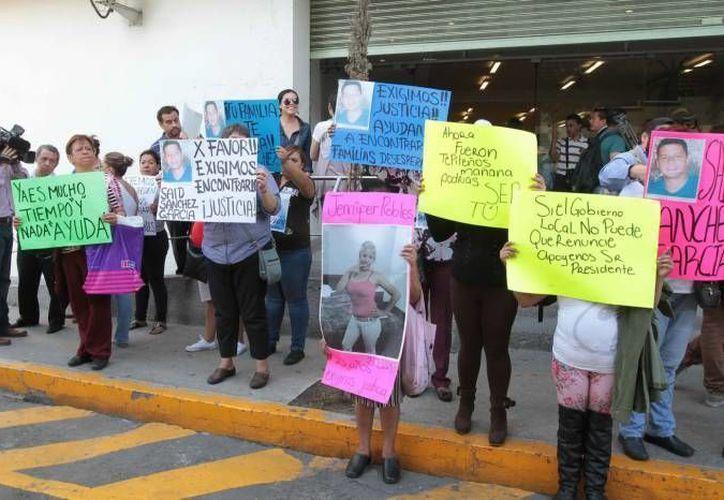 Familiares de los 12 desaparecidos exigen justicia desde el 26 de mayo. (Notimex/Archivo)