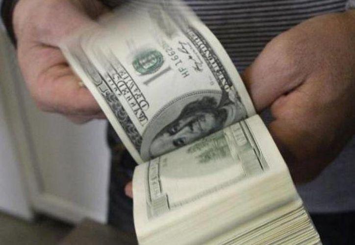 En el 2013 los ecuatorianos enviaron desde el exterior remesas por 2,449.5 millones de dólares. (Archivo/AP)
