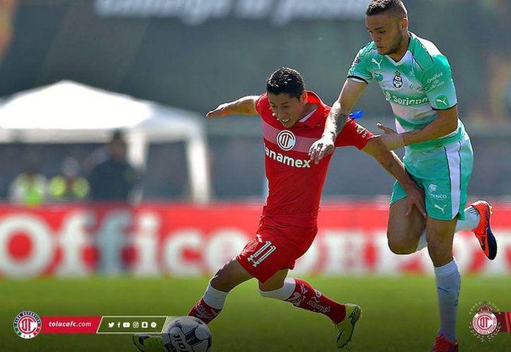 Diablos Rojos de Toluca no supo aprovechar su condición de local y cayo 2-1 ante Santos Laguna. Con este resultado, el cuadro choricero quedó fuera de la Liguilla del Torneo Apertura 2016, de la Liga MX. (Twitter: @TolucaFC)
