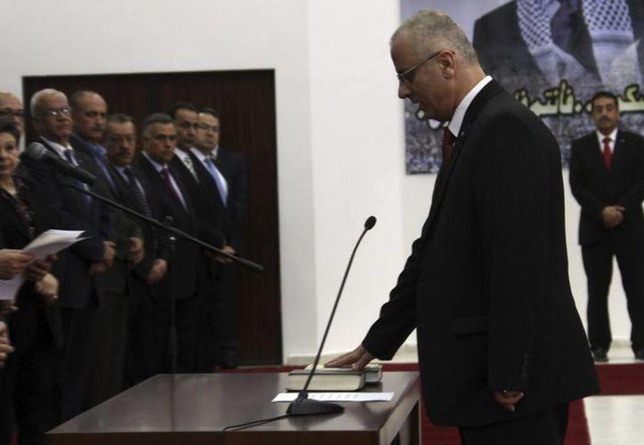 Rami Hamdala durante su juramentación como primer ministro ante el presidente palestino Mahmud Abás. (Archivo/EFE)