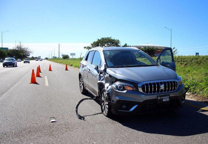 Al llegar al entronque de la zona residencial La Ceiba, el conductor del vehículo de prueba arrolló a un motociclista, que se le atravesó en el camino. (Milenio Novedades)