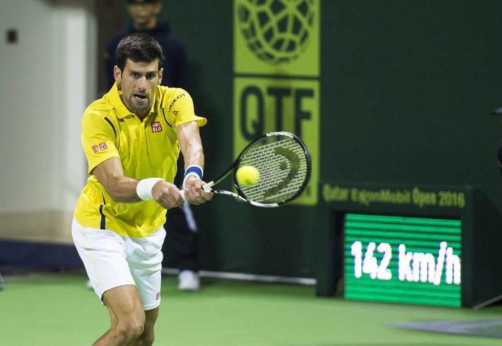 El serbio Novak Djokovic dominó al español Fernando Verdasco con un contundente 6-2 y 6-2 este miércoles en el torneo de Doha. (AP)