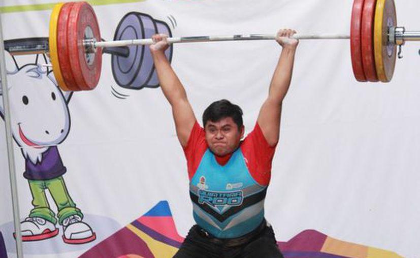 Jesús Alejandro Gil se lleva medallas de oro y plata en la categoría Sub-17 división de los 94 kilos. (Raúl Caballero/SIPSE)