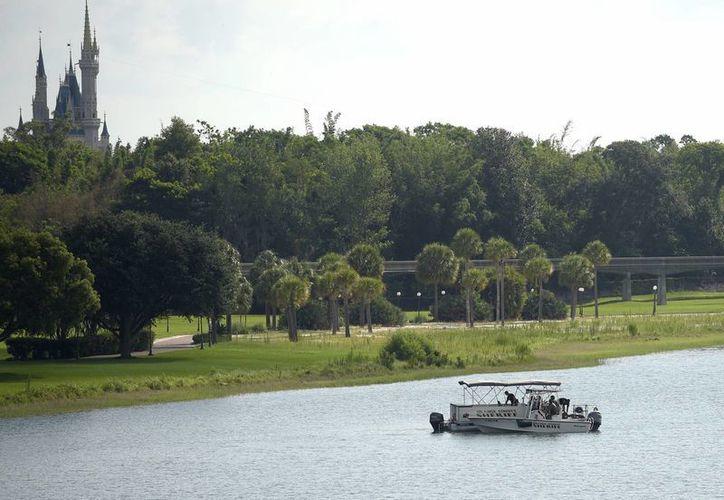 Agentes de la policía del condado de Orange buscan el cuerpo de un niño en el lago Seven Seas entre el parque temático Magic Kingdom de Walt Disney World y el Grand Floridian Resort & Spa. (Agencias)