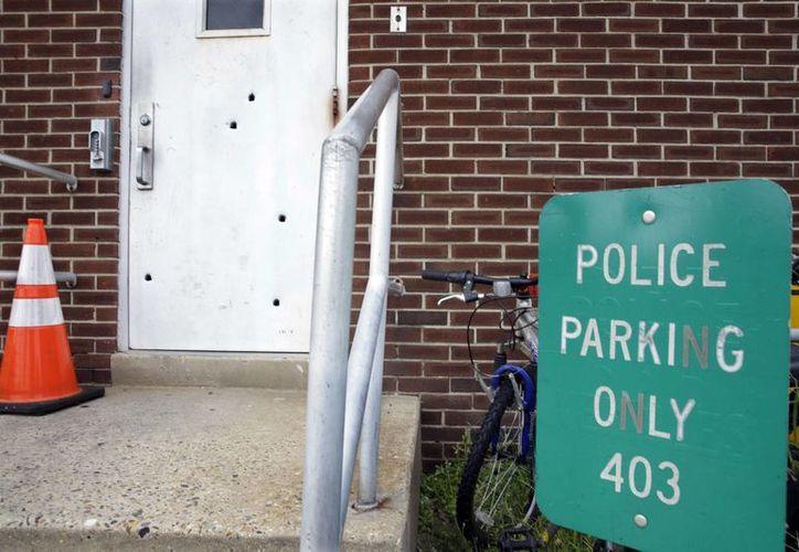 En la imagen se observan 5 de los 6 balazos que dieron en la puerta de la estación; uno más entró por una ventana, según informaron autoridades. (Foto: AP)