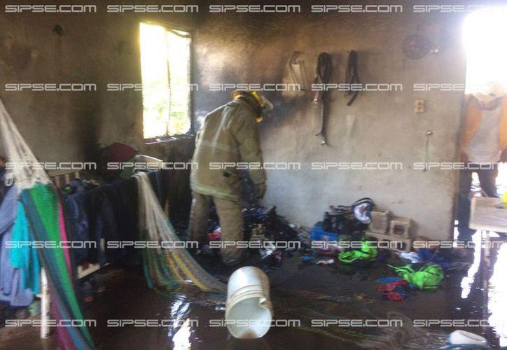 Niños que jugaban con fuego en el interior de su casa, en Motul, acabaron por quemar lo que se encontraba en el interior. (SIPSE)