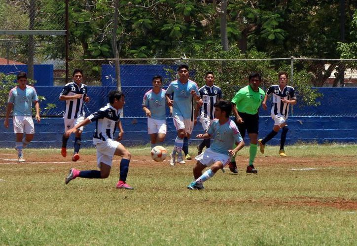 Acciones del partido Potros Dunosusa y Club Soccer, en el campo de futbol de Chuburná. (José Acosta/SIPSE)