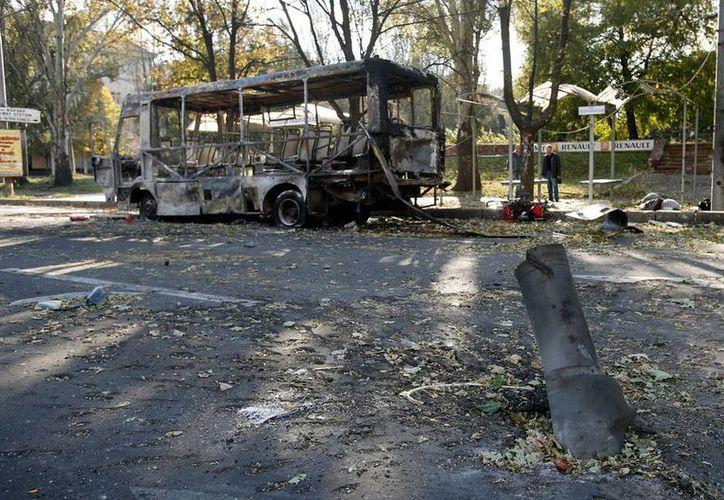 Restos del autobús siniestrado, tras los ataques en Donetsk, Ucrania. En los atentados, fallecieron al menos 10 personas. (AP)