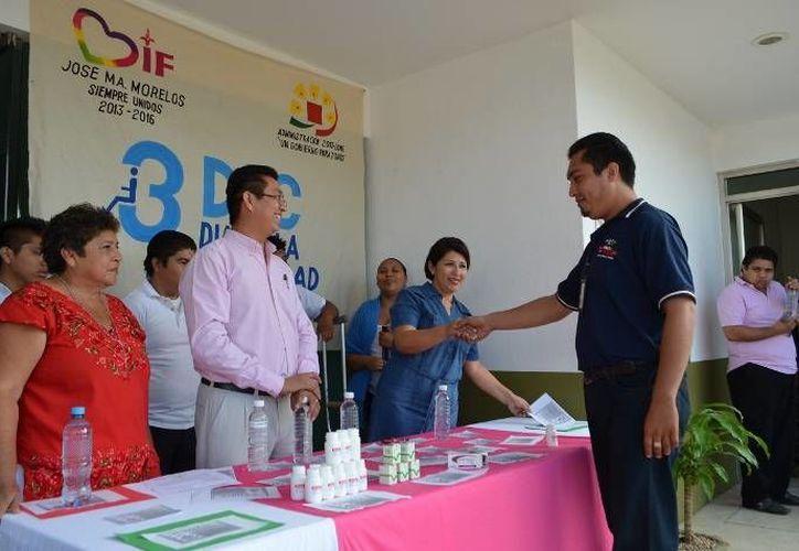 Dentro de la campaña se realizó la entrega de 50 cajas de ácido fólico. (Cortesía/SIPSE)