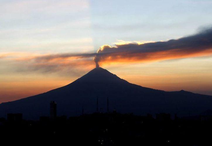 Cenapred reportó 170 exhalaciones de baja intensidad del volcán Popocatépetl e incandescencia intensa sobre el cráter. (Archivo/Notimex)