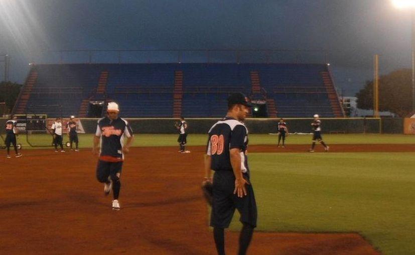 Los Tigres de Quintana Roo tuvieron su última práctica previa al juego inaugural, la tarde de este viernes en el Estadio Beto Ávila. (Redacción/SIPSE)