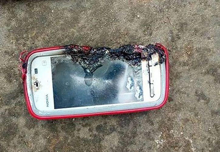 Utilizar el teléfono celular mientras esté conectado a la energía siempre ha representado un peligro. (López Dóriga)