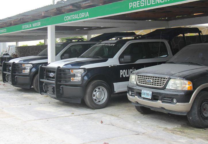 Las 3 patrullas que se presumieron hace unos días frente a palacio municipal permanecen estacionadas. (Foto: Gustavo Villegas/SIPSE)