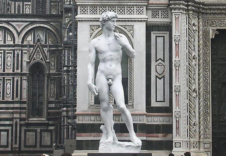 Una copia de fibra de cristal de la estatua de David, de Miguel Ángel, en la plaza de la catedral de Florencia. (EFE/Archivo)