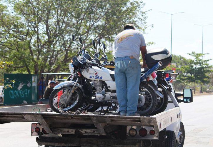 Elementos de Tránsito realizaron un operativo para impedir el robo de vehículos. (Foto: Octavio Martínez)