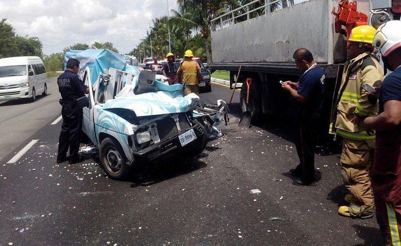 El conductor de la camioneta propiedad de Fonatur, quedó prensado; fue auxiliado por los Bomberos. (Redacción/SIPSE)