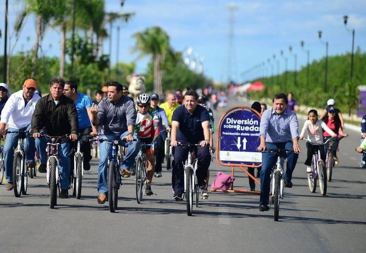 El alcalde Renán Barrera recorre los kilómetros en la Bici Ruta. (Milenio Novedades)