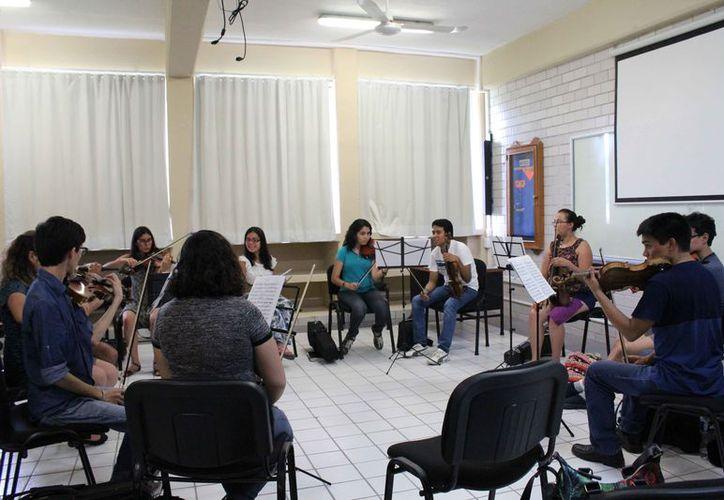 Los jóvenes se encuentran ensayando en la Universidad La Salle. (Faride Cetina/SIPSE)
