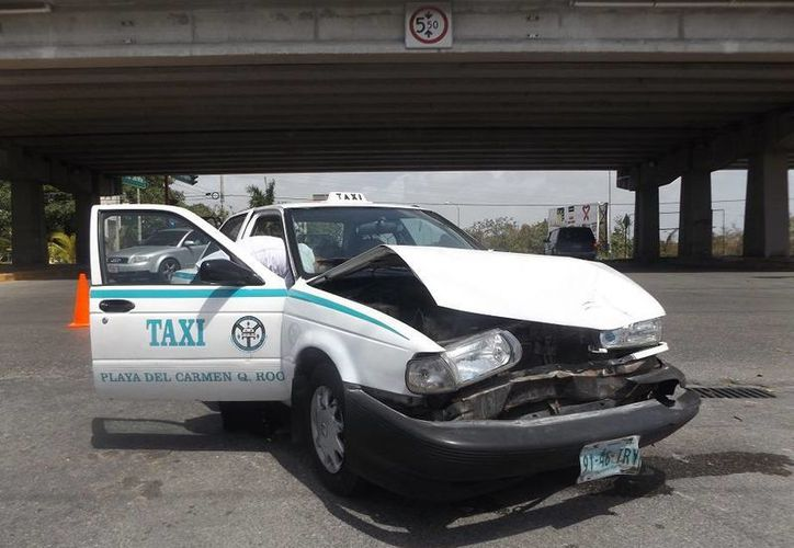 La pasajera del taxi fue hospitalizada tras el choque. (Redacción/SIPSE)