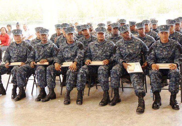 Alrededor de 24 efectivos de la guardia costera de Belice se graduaron del curso especial de operaciones. (Harold Alcocer/SIPSE)