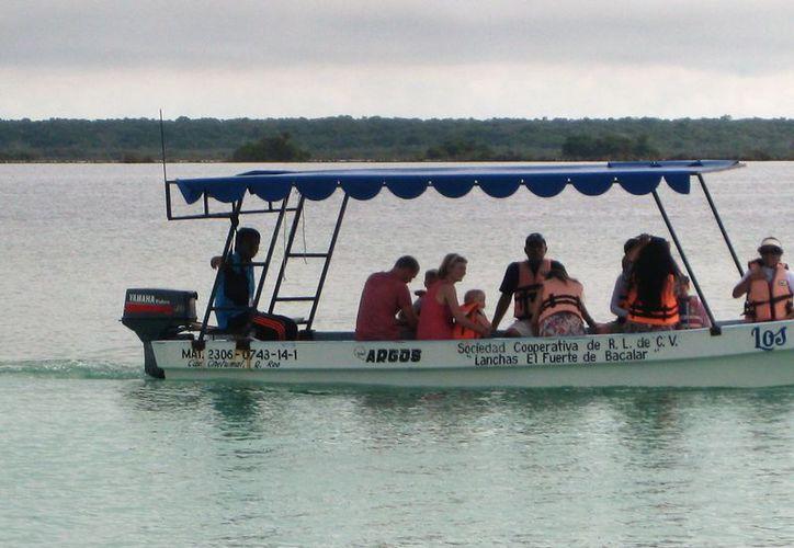 Los tours por la laguna de los Siete Colores son de las principales atracciones de Bacalar. (Javier Ortiz/SIPSE)