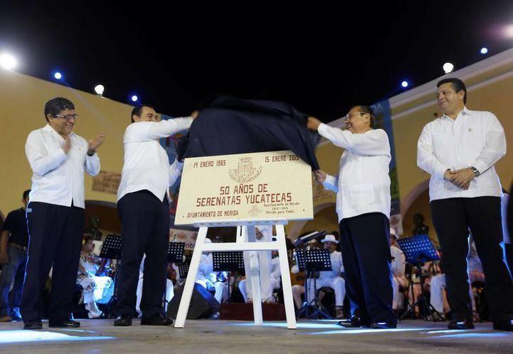 El alcalde de Mérida, Renán Barrera, y Luis Pérez Sabido develan una placa por los 50 años de Serenatas en el Parque de Santa Lucía. (Milenio Novedades)