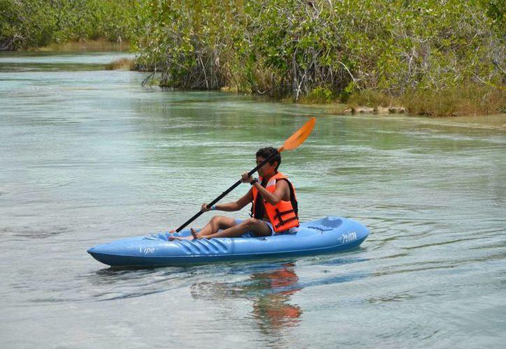 Es común ver la renta de kayaks, bicicletas y otros artículos recreativos acuáticos. (Gerardo Amaro/SIPSE)