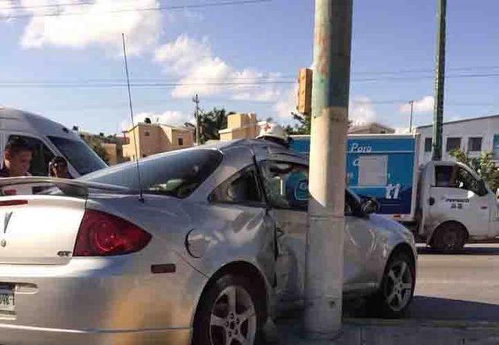 El cuerpo de rescate actúo de inmediato para sacar al conductor de su vehículo.  (Redacción/SIPSE)