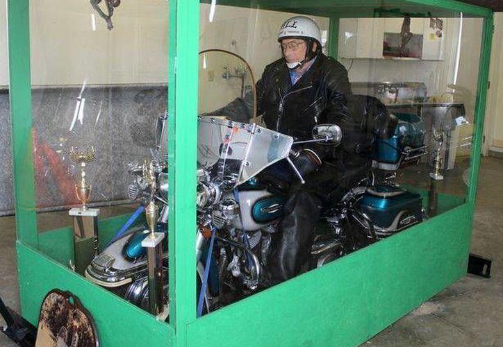 En el ataúd, además de la Harley Davidson Electra Glide y el cuerpo embalsamado, fueron introducidos sus trofeos y ropa de cuero. (motorcycles.about.com)