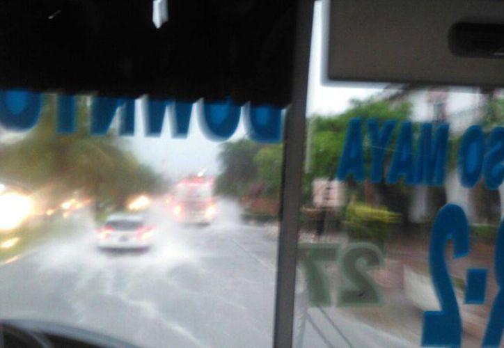 Las lluvias complican el tráfico en la zona hotelera de Cancún. (Redacción/SIPSE)