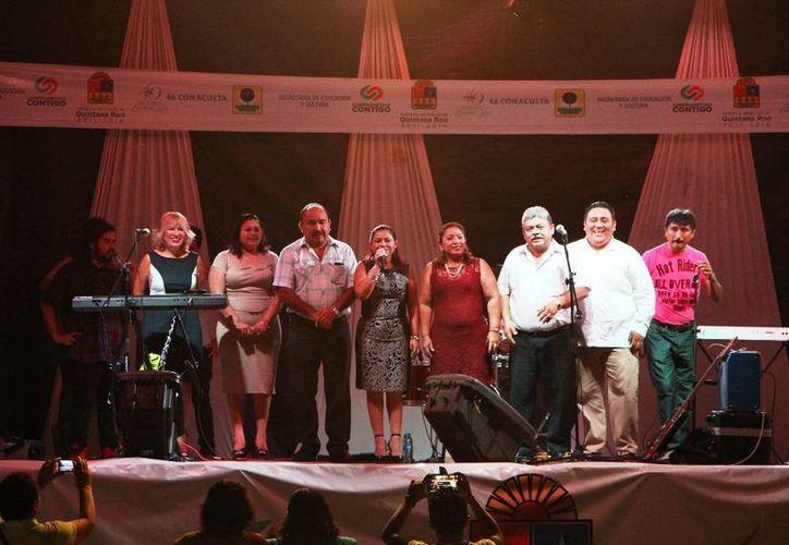 Las autoridades invitaron a los asistentes a disfrutar de la fiesta por el aniversario. (Raúl Balam/SIPSE)