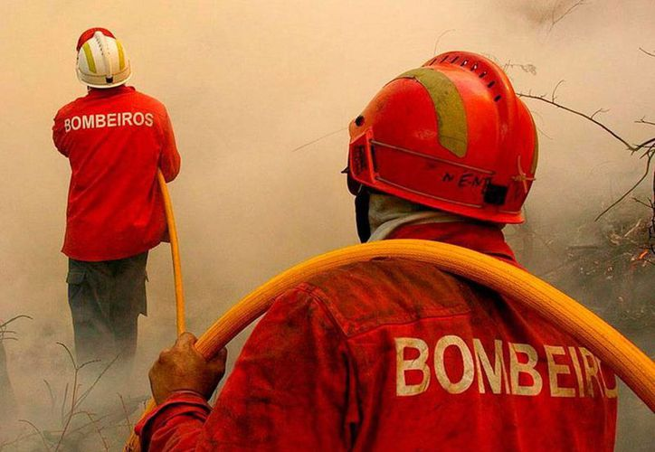 Bomberos acudieron al llamado de los habitantes de un barrio residencial, en Brasil, que reportaron la caída de un helicóptero. Al menos 4 personas muerieron. (Efe/Archivo)