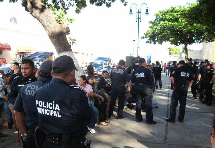 Decenas de policías municipales reforzaron la vigilancia en el parque de San Juan que se estaba convirtiendo en un 'tianguis' de ambulantes. La semana pasado, hubo un enfrentamiento entre oferentes y policías. (Milenio Novedades)